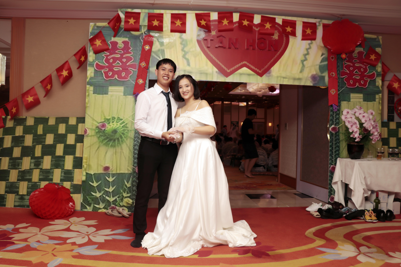 """Đối với 11 cặp đôi, đây là không gian cưới đặc biệt nhất mà họ được trải nghiệm. Trong suốt nhiều tuần qua, các cặp đã tham gia chụp ảnh cưới, khớp chương trình với BTC. Từng bộ váy cưới, quần áo của chú rể do BTC tài trợ và được may tại Việt Nam. Đồng hồ điểm từng phút, các cặp đôi hồi hộp và người dự cũng nóng lòng chờ đón họ xuất hiện. Bởi lẽ, đây là một lễ cưới có """"một không hai"""" tại xứ sở mặt trời mọc."""