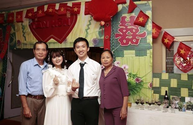 """Hướng ánh mắt về phía con gái trên sân khấu, bác Đàm Văn Khánh (ngoài cùng bên trái) nhớ lại cái ngày này vài chục năm trước. Đó cũng là lúc bác và một nửa của mình nắm tay nhau trong đám cưới. Phụ huynh FPT bày tỏ tâm trạng xúc động khi chứng kiến giây phút con mình hạnh phúc trên sân khấu mà không gian của đám cưới cũng gợi lại trong bác Khánh nhiều hoài niệm. """"Tôi thấy đám cưới rất giống với thập niên 90, cảm ơn các bạn FPT đã tạo cơ hội cho tôi và con gái mình được thăng hoa trên sân khấu tối nay"""", bác Khánh cho biết."""