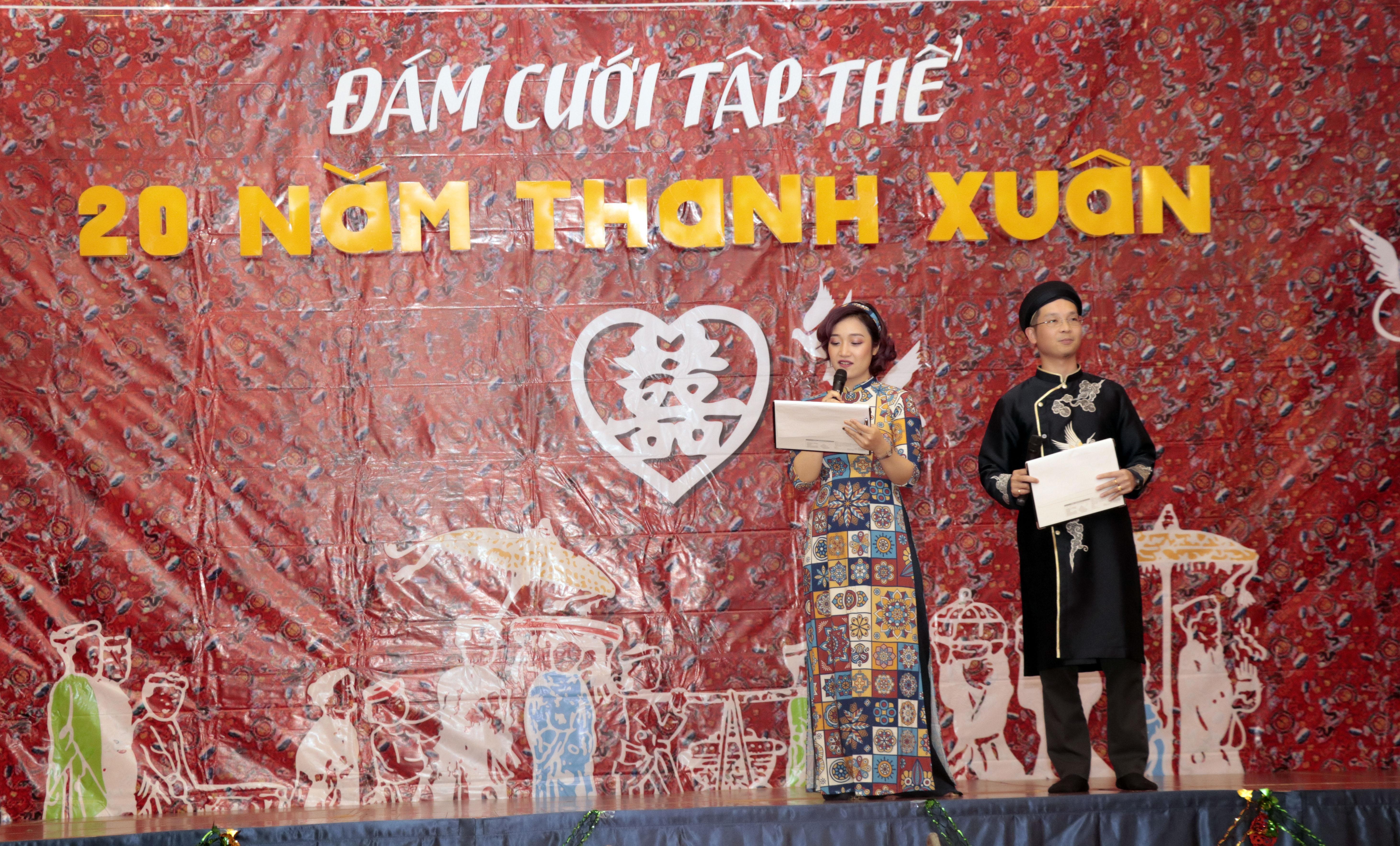 Bước ra sân khấu trong tiếng vỗ tay của hơn 400 khán giả, cặp đôi MC Bùi Lê Tuấn - Bế Thị Ngọc Quyên đã diễn tròn vai trong việc kết nối, dẫn dắt người xem bước vào không gian đám cưới.
