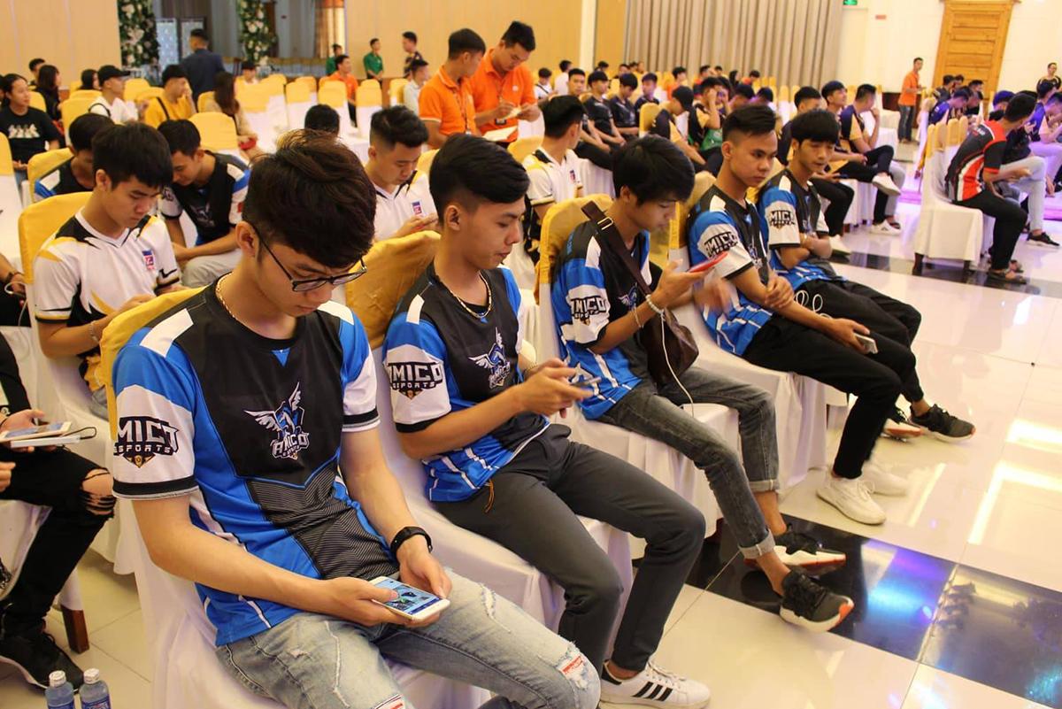 Có 16 đội tuyển xuất sắc vượt qua vòng loại online để tụ họp về Huế tham gia cuộc thi. Nhiều đội vượt hàng trăm km từ Đà Nẵng ra Huế như Amico eSports, ACE FC…
