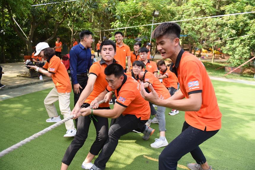 """Trò chơi kéo co là phần thi đấu kịch tính nhất giữa các đội. Mỗi đội ngoài việc """"hiệp đồng tác chiến"""" cũng cần có thêm chiến thuật phân bổ nguồn lực nam, nữ và vị trí sắp xếp trong đội hình."""