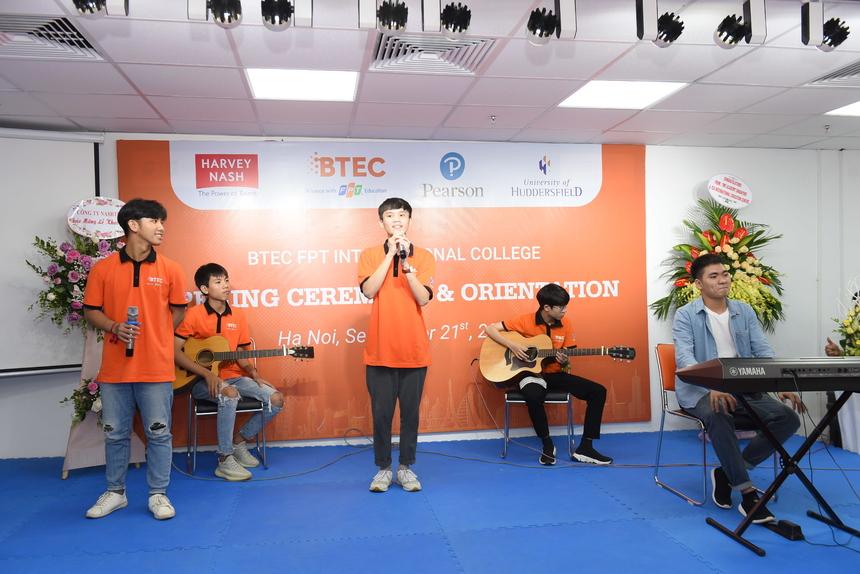 """CLB Âm nhạc Cao đẳng Quốc tế BTEC trình diễn tiết mục """"Bèo dạt mây trôi"""" theo phong cách trẻ trung, hiện đại."""