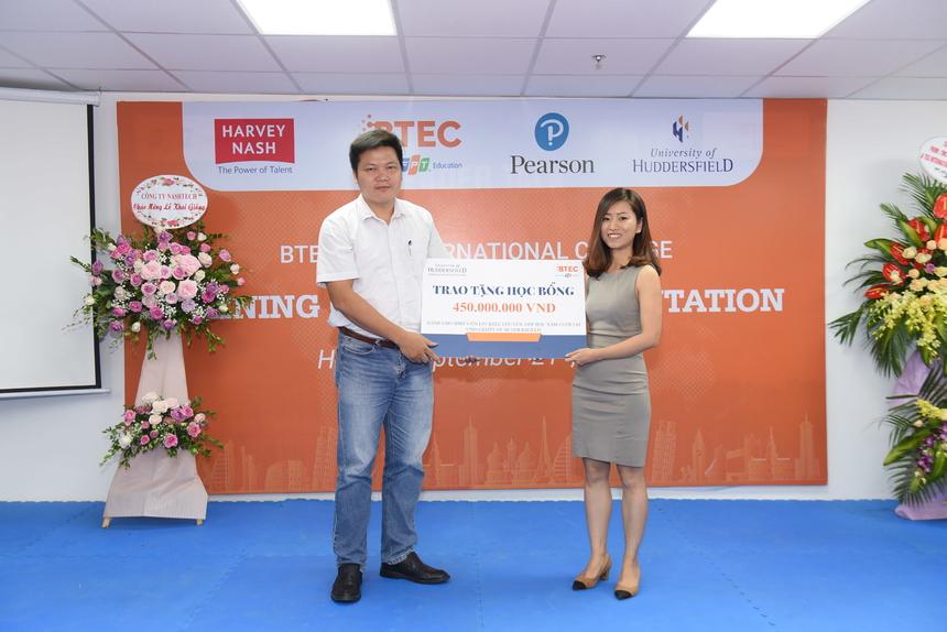 """Chị Nguyễn Phương Anh, đại diện Đại học Huddersfield tại Việt Nam, trao tặng quỹ học bổng năm 2020 trị giá tương đương 450 triệu đồng dành cho sinh viên xuất sắc của trường Cao đẳng Quốc tế BTEC FPT chuyển tiếp học năm cuối tại Đại học Huddersfield, Vương quốc Anh. """"Sinh viên học tập ở Cao đẳng Quốc tế BTEC FPT sẽ từng bước trở thành công dân toàn cầu, có cơ hội học tập nâng cao tại các trường đại học hàng đầu ở Vương quốc Anh và trên thế giới"""", chị Phương Anh nhấn mạnh."""