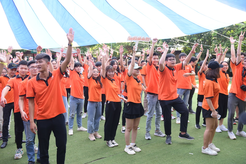 """Hơn 200 tân sinh viên K3, Cao đẳng Quốc tế BTEC FPT thể hiện tinh thần """"quẩy"""" hết mình trong tiết trời khá nóng, nhiều nắng, ít gió."""