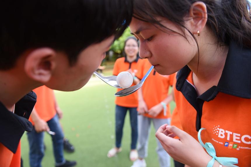 Sự khéo léo và tập trung được rèn luyện qua trò chơi truyền bóng trúng đích.