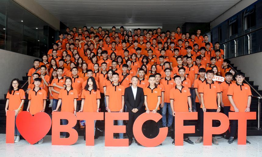Tân sinh viên K3 Cao đẳng Quốc tế BTEC FPT chụp ảnh lưu niệm cùng nhà trường, chuẩn bị lên đường cho trải nghiệm hoạt động gắn kết đồng đội, trò chơi vận động, tập thể vào buổi chiều.