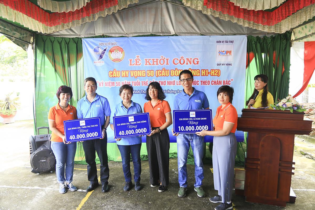 Chị Trần Thu Hà (Chủ tịch Công đồng FPT), chị Trịnh Thu Hồng (Trưởng ban Đào tạo FPT) và chị Nguyễn Kim Oanh (Trưởng phòng Xuất - Nhập khẩu FPT) trao bảng tượng trưng số tiền ủng hộ để xây dựng cầu Hy Vọng 50.