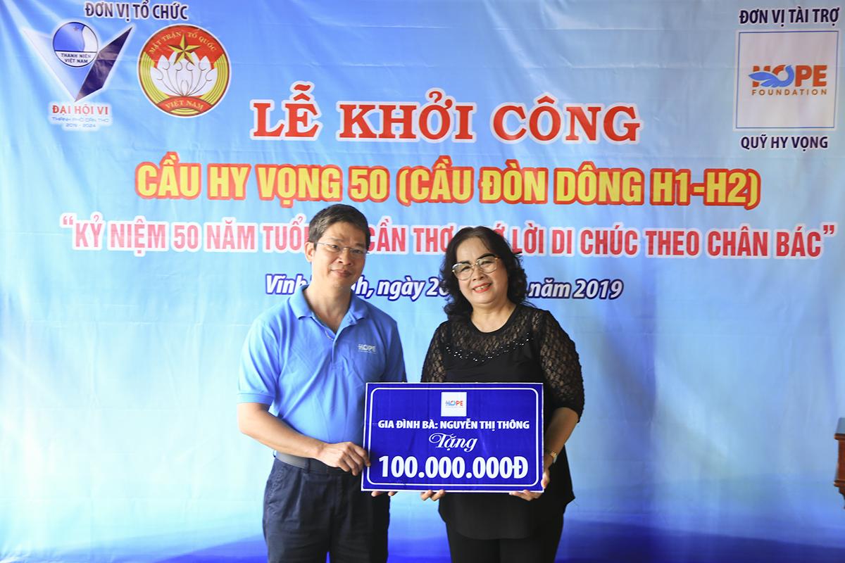 Nhà đồng hành Trần Hồng Thúy đã trao bảng tượng trưng số tiền 100 triệu đồng để ủng hộ xây cầu. Đâu là cây cầu Hy Vọng thứ 3 mà gia đình chị Thúy đã tham gia đóng góp xây dựng.