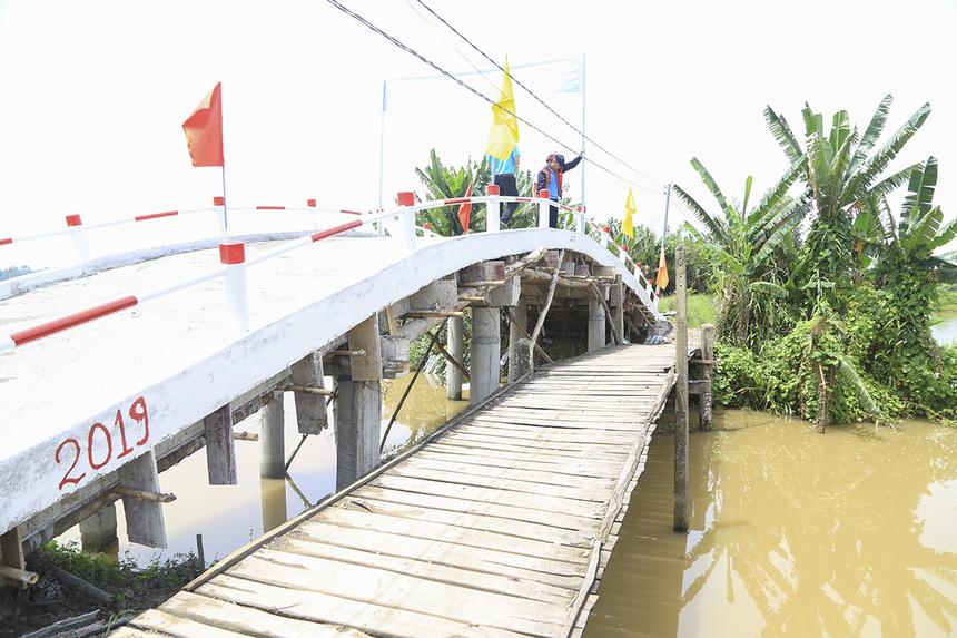 Cầu Hy Vọng 40 (cầu Kênh Đào) là cây cầu đầu tiên được khánh thành trong đợt này nằm trên địa bàn xã Trung Thạnh, huyện Cờ Đỏ (TP Cần Thơ). Cay cầu cũ được làm bằng gỗ bạch đàn và gỗ tạp, đãxây dựng hơn 20 năm nay và cứ 3 năm lại phải thay mới.