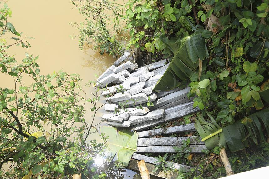Do nằm ở khu vực ngã ba giữa hai dòng kênh nên cây cầu được kè thêm đá để gia cố phần mố cầu.