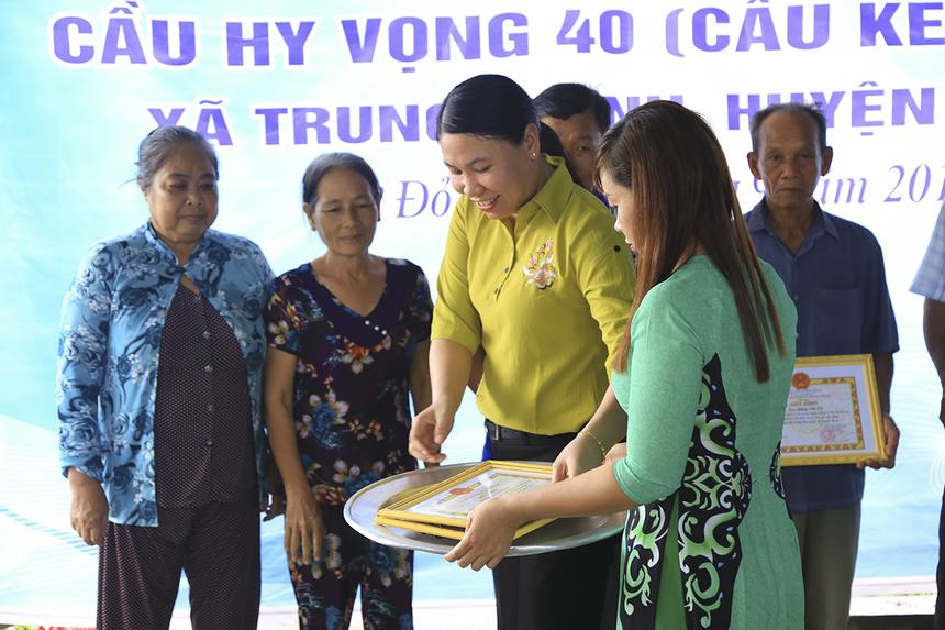 Lãnh đạo UBND xã đã trao giấy khen cho các hộ dân đã góp của, góp công vào quá trình xây dựng cầu.