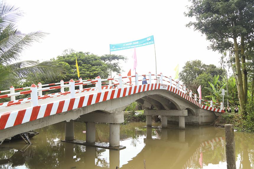 Cũng trong ngày 26/9, trên địa bàn xã Trung Thạnh (huyện Cờ Đỏ), Quỹ Hy vọng đã khánh thành hai cây cầu Sình Cầu và Xẻo Dứa sau.