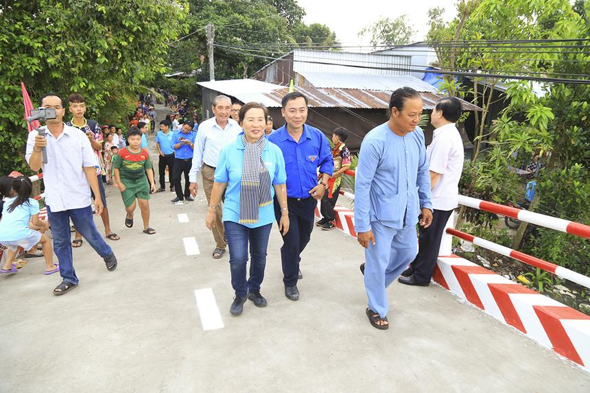 Hàng trăm bà con xã Trung Thạnh đã có mặt cùng đại diện nhà tài trợ và chính quyền địa phương bước trên cây cầu vừa mới được khánh thành. Để có thể hoàn thành hai cây cầu cùng lúc, bà con nhân dân ấp Thạnh Phước đã phải mua nợ 300 triệu tiền vật liệu xây dựng.