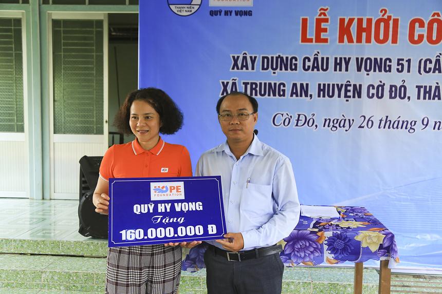 Cũng trong ngày 26/9, Quỹ Hy vọng còn trao tặng số tiền 160 triệu đồng cho đại diện xã Trung An (huyện Cờ Đỏ) để xây dựng cầu Hy Vọng 51 (cầu Đường Trâu).