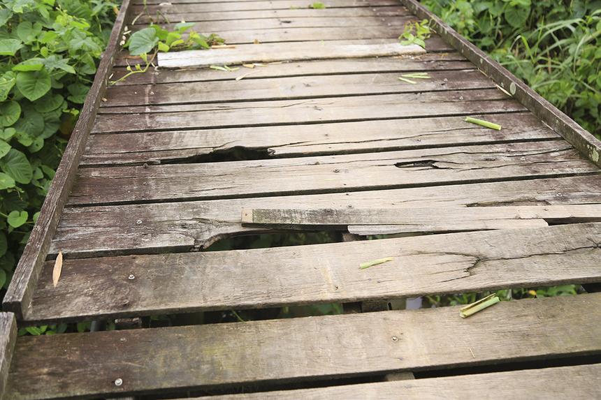 Cây cầu chính được làm bằng gỗ bạch đã hiện tại do một hộ dân trong vùng bắc tự phát đã xuống cấp trầm trọng và không thể di chuyển bằng xe máy, khi đi cầu rung lắc dữ dội rất nguy nhiểm