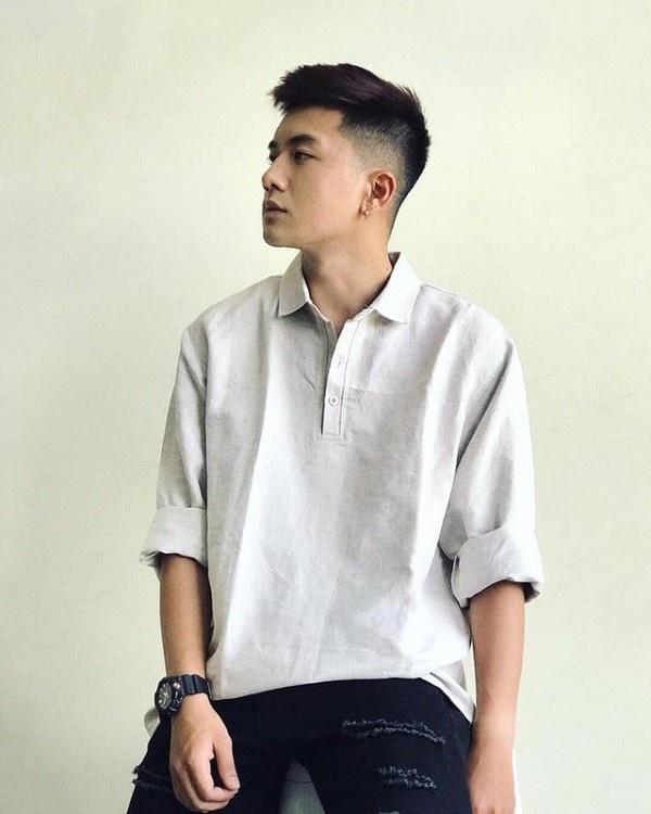 Ngay sau khi bức ảnh nam sinh mặc quân phục được đăng tải, danh tính nam nhân được tìm ra. Đó là Ngô Việt Hoàng, sinh năm 2000, Quảng Ninh. Anh chàng này hiện là sinh viên năm 2 ngành Quản trị Truyền thông tại ĐH FPT.