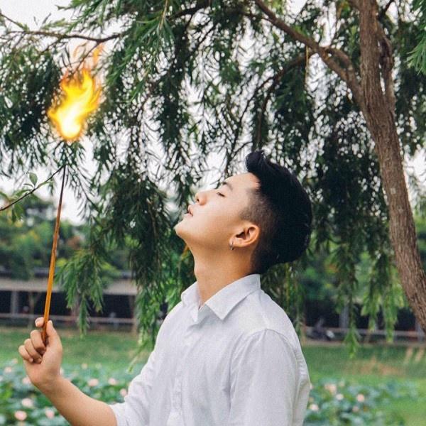 Ngoài việc học tập, Hoàng còn được nhiều người biết đến với vai trò là mẫu ảnh cho một vài cửa hàng thời trang tại Hà Nội.