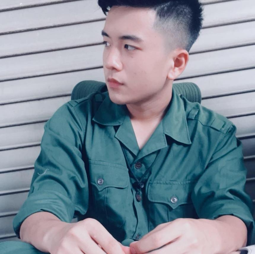 Việt Hoàng được nhận xét sở hữu gương mặt điển trai, góc nghiêng của khuôn mặt đẹp.