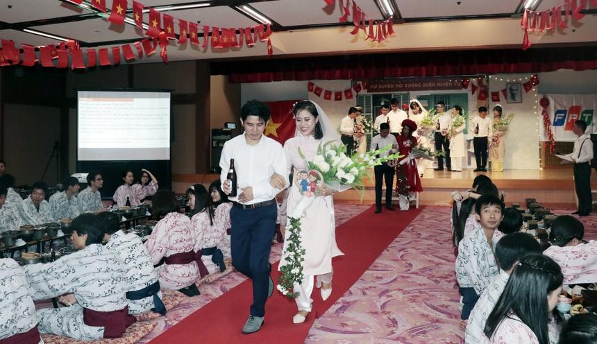 Sau phần lễ, chú rể và cô dâu bước xuống hội trường mời rượu đồng nghiệp.Các cặp đôi nhận được nhiều lời chúc phúc từ người thân, bạn bè, đồng nghiệp.
