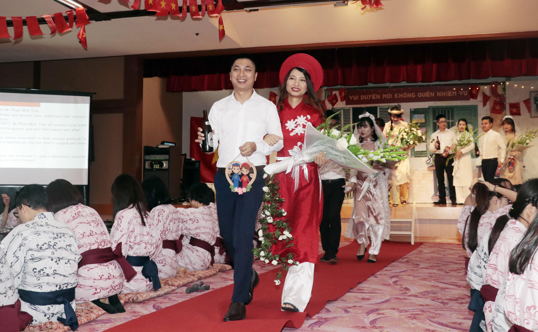 """Yêu nhau theo kiểu """"ghét của nào trời trao của ấy"""", cặp đôi Ông Xuân Vũ - Nguyễn Thị Khỏe (FSG.FPT Japan) cho hay, khi làm cùng dự án, cô dâu không có một ấn tượng tốt đẹp nào về chú rể. Cả hai thường xuyên cãi vã, thường xuyên trêu chọc nhau. Nhưng đúng là ông trời chắc hẳn có lý do, khi sắp xếp cho cặp đôi tham gia vào buổi tình nguyện của công ty ở Đà Nẵng. Tình yêu cả hai nảy nở sau chuyến đi đó.Ngày hôm nay, cả hai trong tay, mỉm cười hạnh phúc vẫy chào đồng nghiệp bước trên thảm đỏ tiệc cưới.Đó là một khoảnh khắc đáng nhớ và đáng trân trọng trong cuộc sống."""