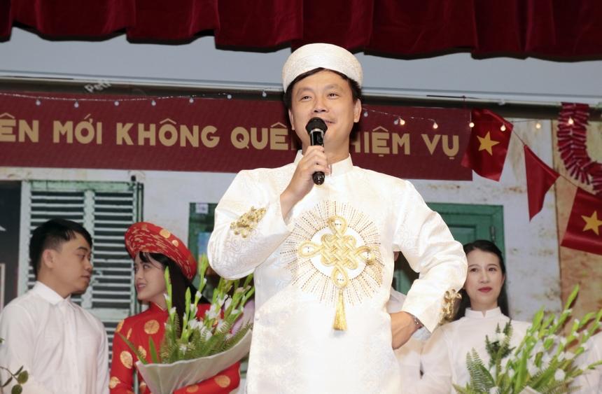"""Thay cho quà mừng cưới, anh Tuấn đã gửi tặng các cặp đôi FPT Japan bài hát """"Mùa xuân bên cửa sổ"""".""""Lễ cướiđã mang đến niềm vui cho mọi người, đơn giản mà ấm cúng"""", anh Tuấn nhận xét."""