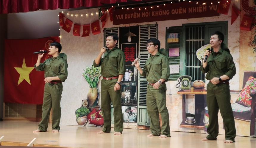 """Mở đầu tiệc cưới, ca khúc """"Đất nước trọn niềm vui"""" qua phần biểu diễn của tốp ca nam FPT Japan đã khuấy động hội trường.Ca khúc mang đượm tính khí hào hùng ngay trong thời điểm sáng tác, khi dân tộc đang sục sôi ngày vui toàn thắng trong chiến dịch Hồ Chí Minh mùa xuân năm 1975."""