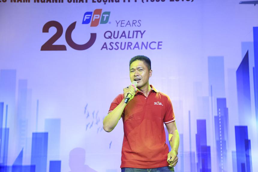 """Các CBNV ngành dọc FQA phía Nam đã cùng nhau tổ chức tổ chức cuộc thi văn nghệ giữa các đơn vị thành viên để chào mừng sinh nhật lần thứ 20. Anh Nguyễn Văn Hòa (FPT Telecom) mở đầu đêm văn nghệ bằng tiết mục STCo """"FTQ hành trình 20 năm""""."""