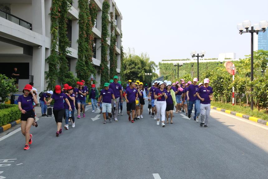 """Năm nay, FGC Hà Nội với chủ đề """"FGC- Go Green"""", các thành viên của gia đình FGC Hà Nội cùng đi bộ 1 vòng F-Ville để di chuyển sang sân bóng F-Ville 1."""
