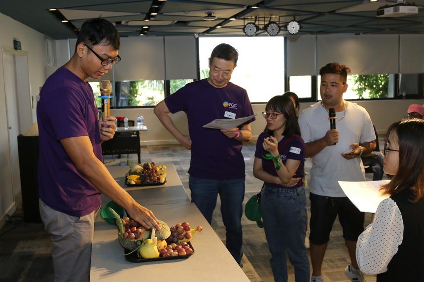 Các đội sẽ cử thành viên lên để thuyết trình về tên, nội dung mâm hoa quả. Mỗi đội một ý tưởng và nội dung khác phong phú đều làm khó ban giám khảo.