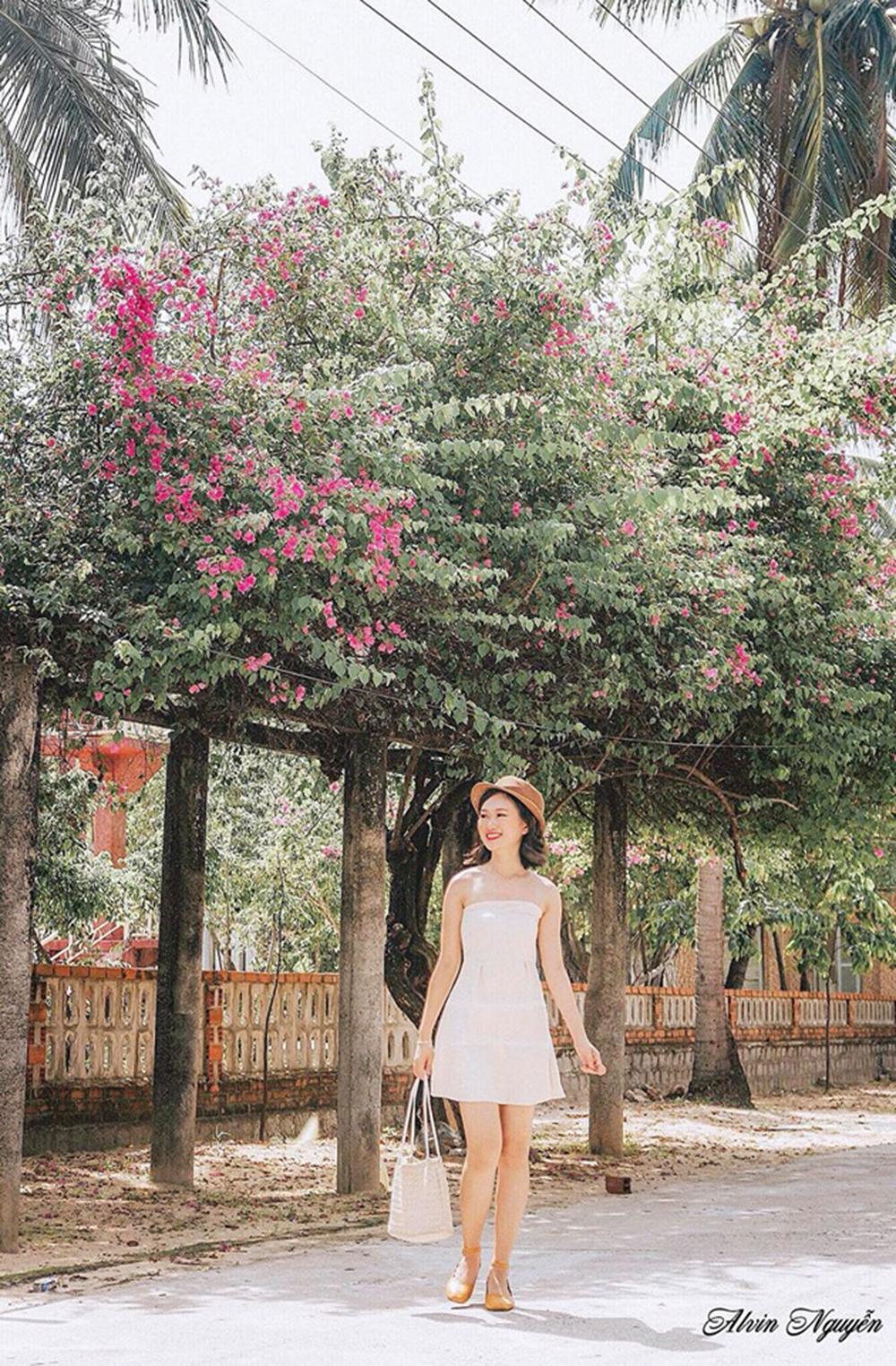 Bộ ảnh kiểu váy trễ vai, cúp ngực và váy trắng tôn lên vẻ nữ tính, sang trọng cho nữ nhân viên nhà F.