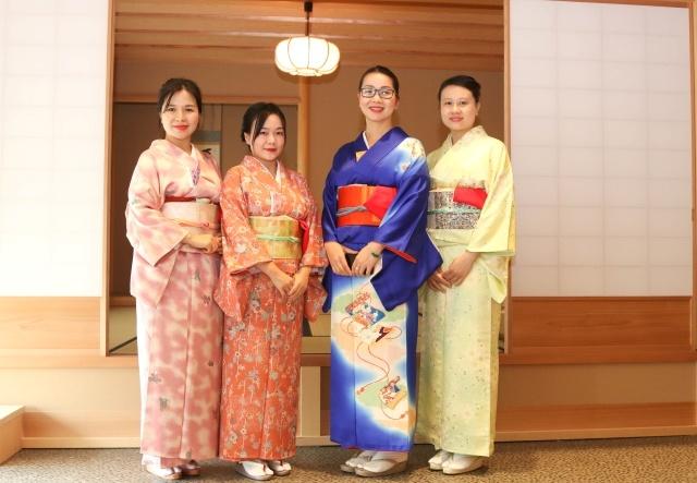 Buổi tổng kết khoá học cũng là cơ hội để những người đẹp nhà F khoe dáng trong trang phục truyền thống của đất nước mặt trời mọc. Các cô gái FPT hoá tiểu thư Nhật Bản dịu dàng trong bộ kimono nền nã.