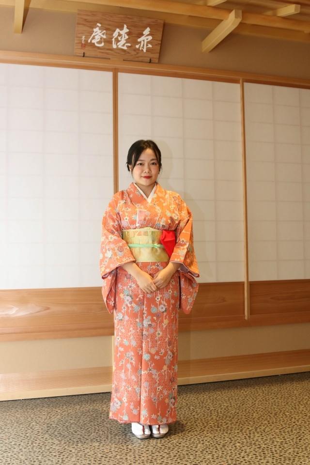Trang phục kimono do chính các trà nhân thuộc CLB Trà đạo Urasenke chuẩn bị và giúp nữ CBNV FPT mặc. Các bộ kimono với màu sắc pastel, trơn hoặc có hoạ tiết nhi xinh xắn tôn lên vẻ dịu dàng, thuỳ mị của các nữ học viên FPT.