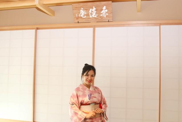 Kết hợp với mái tóc cột gọn gàng, chị Nguyễn Lê Phương Minh, bóng hồng nhà Phần mềm, tự tin khoe sắc trong bộ trang phục truyền thống của xứ sở hoa anh đào.