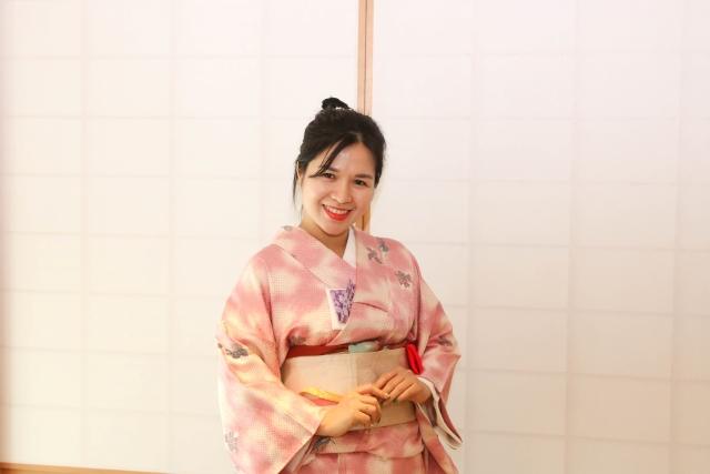"""Chị Nguyễn Lê Phương Minh cho biết, để mặc kimono đúng cách phải mất đến hơn 1 giờ đồng hồ. """"Kimono có nhiều lớp, nhiều tầng. Khi mặc cần phải khoác lên theo đúng thứ tự, chưa kể đến việc quấn và tạo hình đai lưng. Vì vậy, chúng tôi cần nhờ đến sự giúp đỡ của các cô giáo người Nhật""""."""