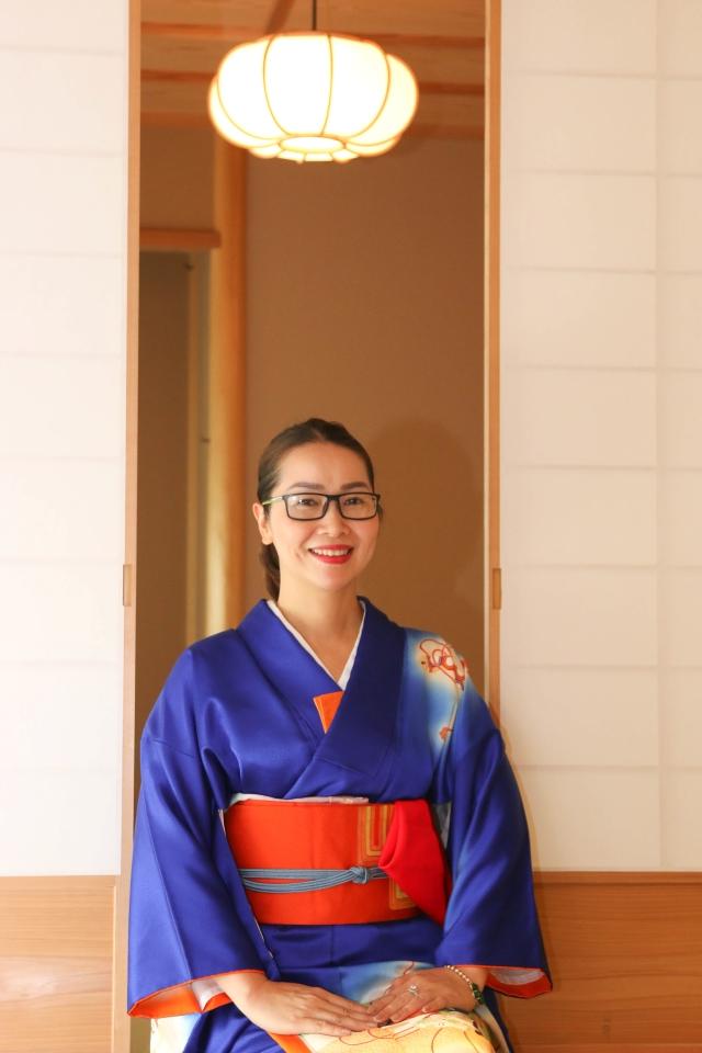 Chị Đinh Thị Thanh Mai, Ban Đối ngoại FPT, như một tiểu thư đài các trong bộ kimono màu xanh dương nền nã.
