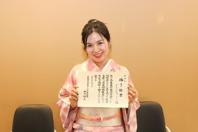 Chiều 30/9, lớp Trà đạo đầu tiên của nhà F kết thúc sau 6 tháng. Các nữ học viên khoác lên mình bộ kimono, thực hiện các thao tác pha trà được học. Nữ CBNV FPT duyên dáng nhận giấy chứng nhận tốt nghiệp khóa học trà đạo cấp cơ bản.