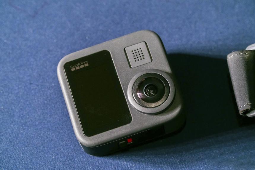 GoPro MAX là một máy ảnh GoPro ống kính kép có thể phát huy tối đa tính linh hoạt của một camera, giống như 3 camera trong một.