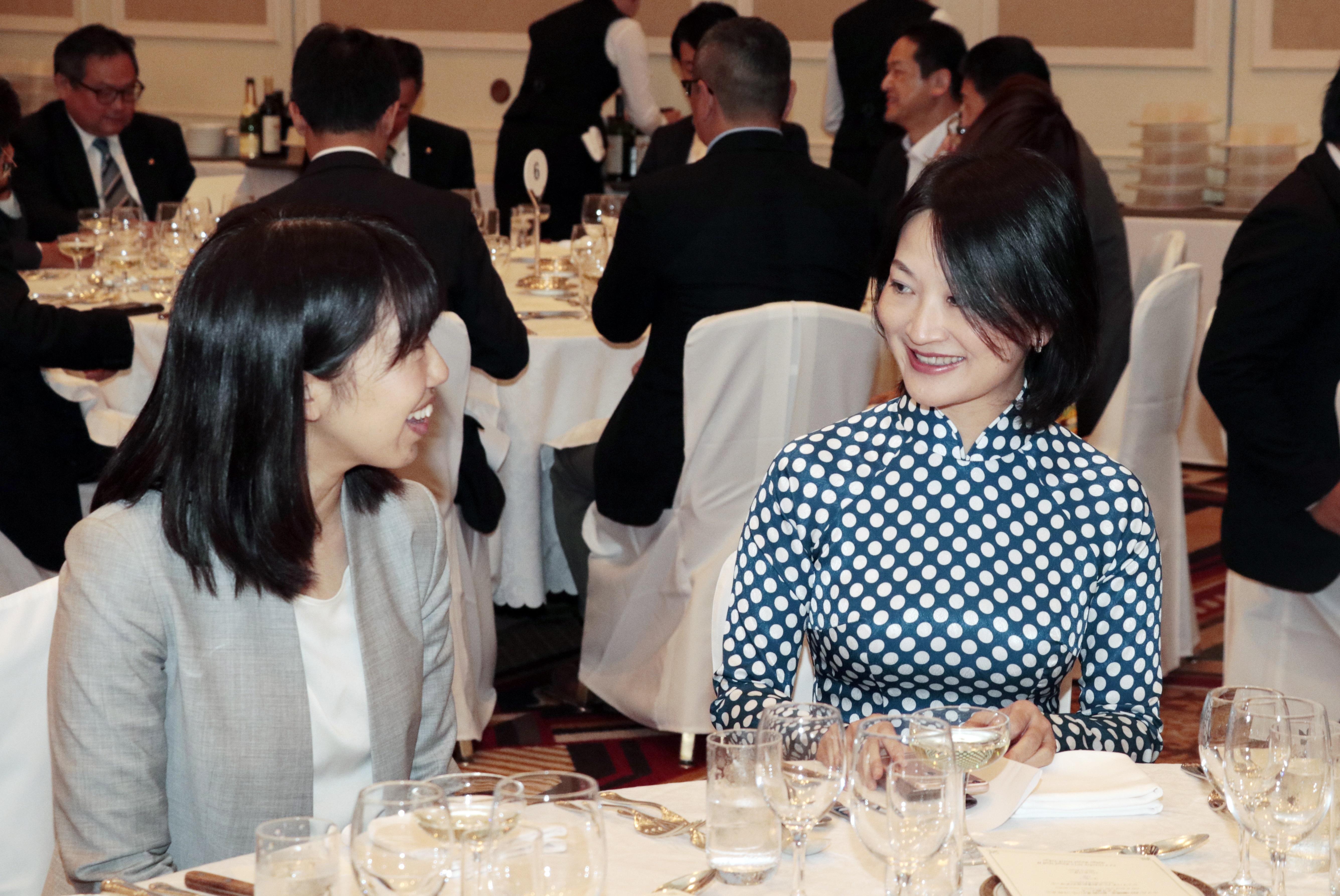 Chị Nguyễn Thị Hồng Nhung (phải), Giám đốc Học viện FPT Japan, cho hay, đơn vị mong muốn tạo cho học viên môi trường học thật, làm thật và sống thật. Trường Nhật ngữ FPT khác các trường tiếng Nhật khác ở 3 điểm: nhắm tới nhu cầu tuyển dụng của các doanh nghiệp Nhật; cách thức triển khai hướng tới giao tiếp với 50% thời lượng là các giờ hội thoại tình huống; và trường có hệ thống hỗ trợ học viên tốt, tận dụng nguồn hỗ trợ từ doanh nghiệp.