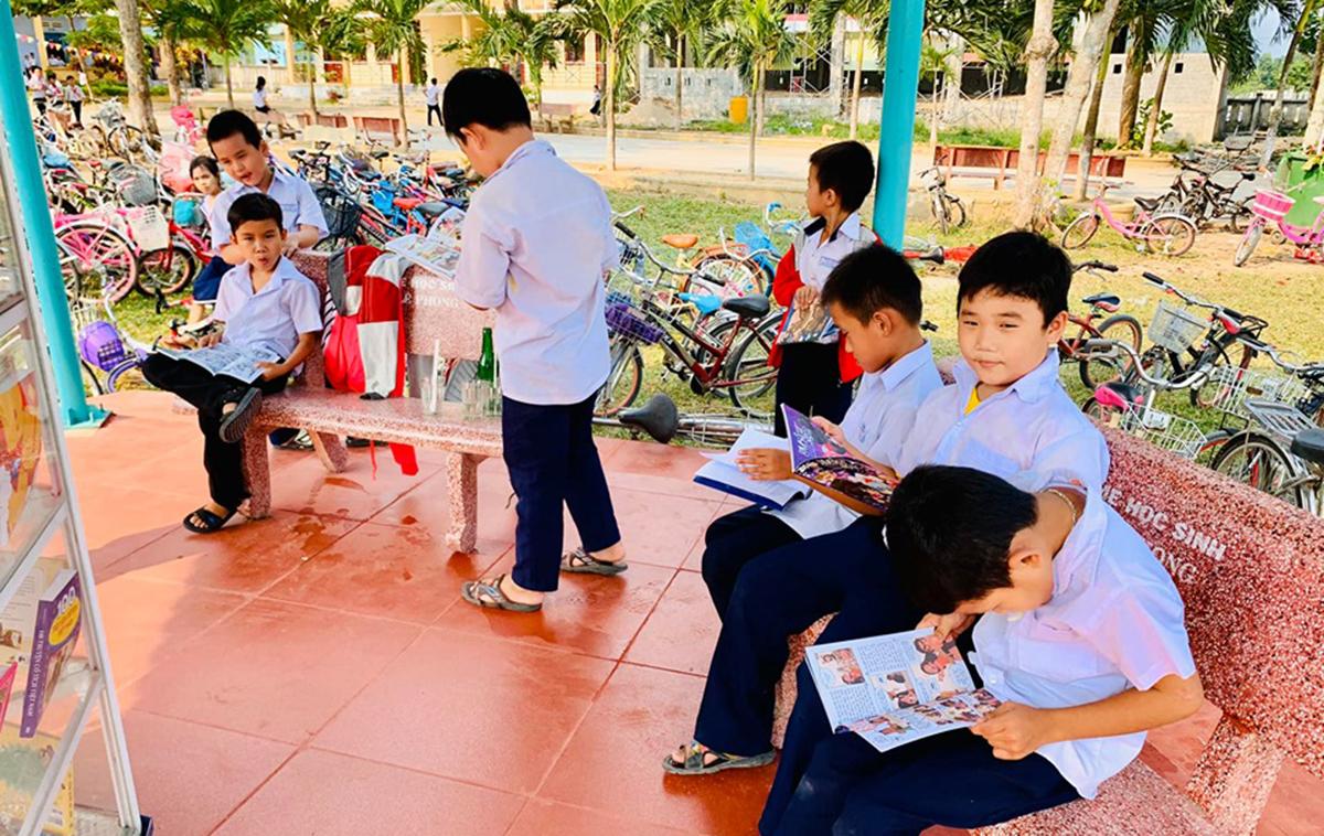 Hàng trăm bộ sách cũng được dành tặng cho học sinh. Sau khi trưng bày, tủ sách đã nhận được sự quan tâm của các em nhỏ.