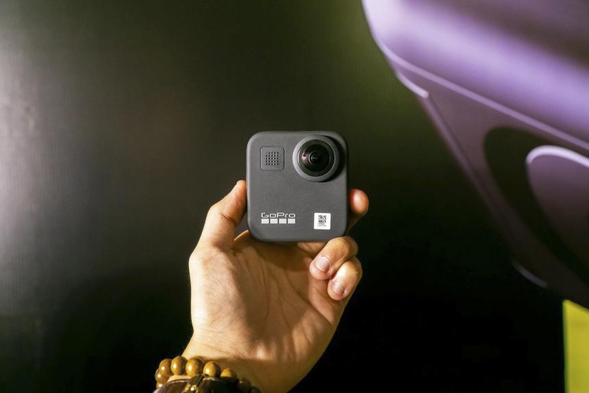 MAX có ưu điểm chống nước đến 16 feet (5 mét), có thể sử dụng như một ống kính cho máy HERO, như một máy quay có ống kính kép 360 độ hoặc sử dụng như máy ảnh vlogging với khả năng hỗ trợ màn hình cảm ứng ở mặt trước đi kèm micro shotgun chuyên dụng giúp loại bỏ tốt tạp âm, cho chất lượng âm thanh cao hơn.