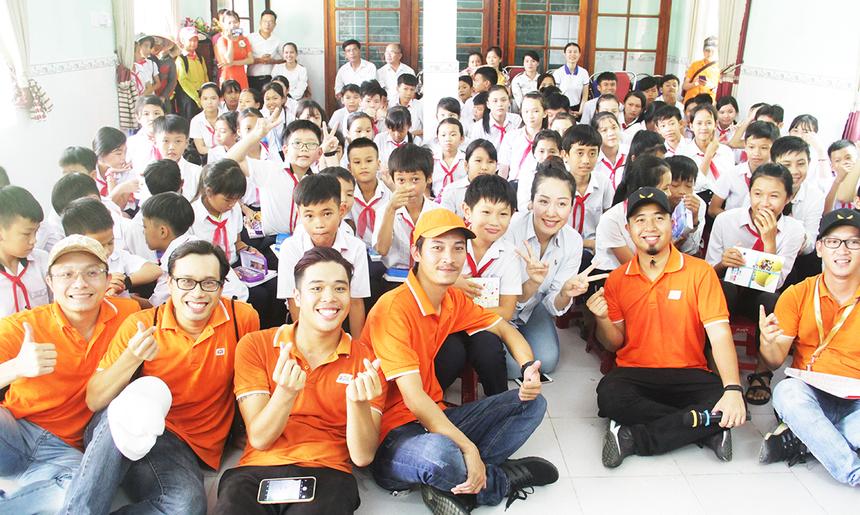"""""""Sau phần giao lưu và chia sẻ về cơ hội và tầm quan trọng của ngành CNTT, đoàn FPT cũng đã lắp xong các bộ máy tính cho lớp học tin học cho các em. Giờ tin học từ nay sẽ mỗi em được học 1 máy thay vì 3 em học 1 máy như trước đây. Cảm ơn sự ủng hộ nhiệt tình từ FPT Software nói riêng và FPT nói chung"""", Ngô Phương Lan, Hoa hậu Thế giới người Việt năm 2007, chia sẻ."""