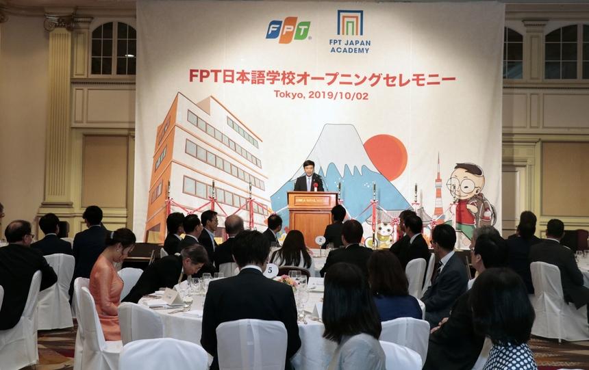 """CEO FPT Software Phạm Minh Tuấn cho biết năm 2005, trước khi nhà F quyết định xâm nhập thị trường Nhật Bản, công ty đã hiểu rằng """"muốn thành công tại thị trường Nhật Bản, người FPT phải làm việc bằng tiếng Nhật"""".Anh Tuấn thông tin, Giám đốc đầu tiên của FPT Japan là chị Bùi Thị Hồng Liên, một thành viên chủ chốt trong ban điều hành của FPT Software lúc đó, đã học tập tại Nhật Bản. FPT đã thành lập riêng một trung tâm đào tạo tiếng Nhật cho đội ngũ lập trình viên ở Việt Nam, lấy tên là Đông Du - tên một phong trào kêu gọi học sinh sang Nhật du học vào đầu thế kỷ 20."""
