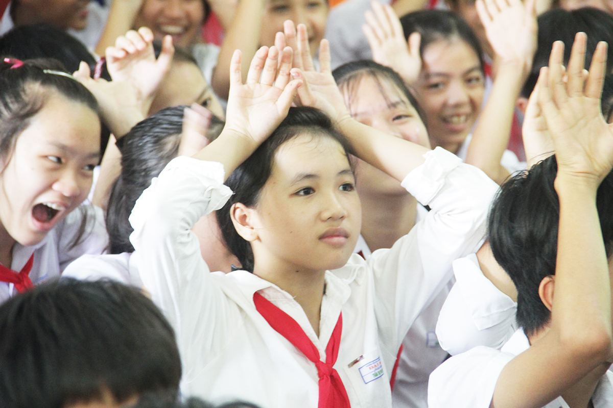 Sau hơn 2 giờ vượt đường núi, đường sông, đoàn tình nguyện đã đặt chân đến vùng quê xã Đại Sơn, huyện Đại Lộc, tỉnh Quảng Nam. Chuyến đi này còn có sự đồng hành của người đẹp Ngô Phương Lan, Hoa hậu Thế giới người Việt năm 2007.