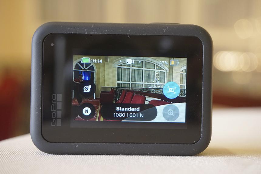 Người dùng có thể tự động điều chỉnh tốc độ nhanh hoặc chậm theo thời gian thực chỉ bằng một thao tác với chức năng TimeWarp 2.0 được nâng cấp. Hãng cũng chú trọng đưa vào tính năng SuperPhoto mang đến những bức ảnh chuẩn HDR được khử bóng dù được chụp khi đang chuyển động hay trong điều kiện thiếu sáng.