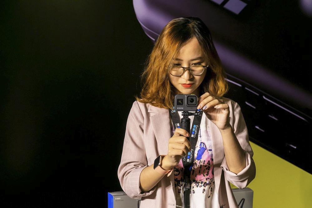 LiveBurst cũng là tính năng hoàn toàn mới giúp chụp lại khung ảnh chất lượng 12MP (4K 4:3) trong 1,5 giây trước và sau khi bấm máy. HERO8 Black cũng là dòng sản phẩm có sự cải tiến cao về khả năng lọc tiếng ồn giúp cải thiện hơn nữa chất lượng âm thanh khi ghi hình.