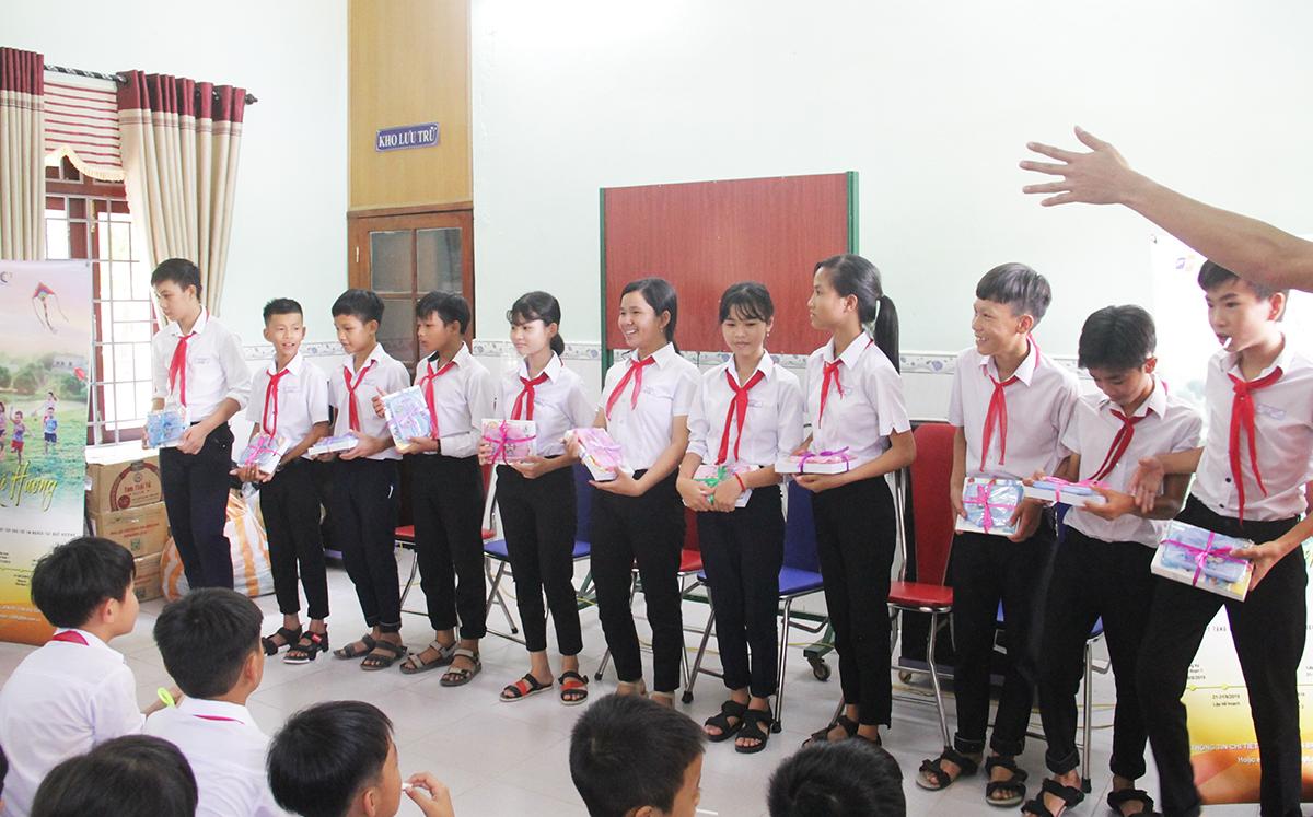 """""""Em cảm thấy vui và hạnh phúc khi được cô chú FPT trao quà. Bản thân sẽ cố gắng học tập để không phụ lòng cô chú"""", em Nguyễn Thị Hương, chia sẻ."""