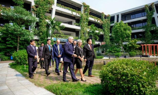Chủ tịch FPT Software Hoàng Nam Tiến đưa đoàn ngoại giao Australia thăm quan Làng phần mềm F-Ville 2. Ảnh: FPT Software