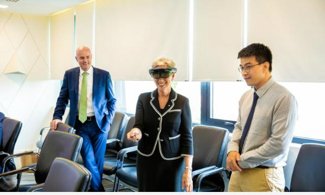 Nữ Thống đốc trải nghiệm công nghệ do FPT phát triển. Ảnh: FPT Software.