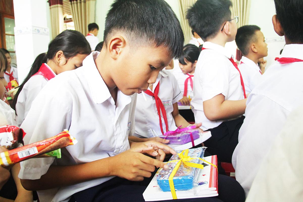 Những món quà mang đến cho nhà trường rất nhỏ bé nhưng người FPT hy vọng sẽ chắp cánh ước mơ cho các em, giúp cho các em có thêm động lực để học hành chăm chỉ, bay cao bay xa trong tương lai.