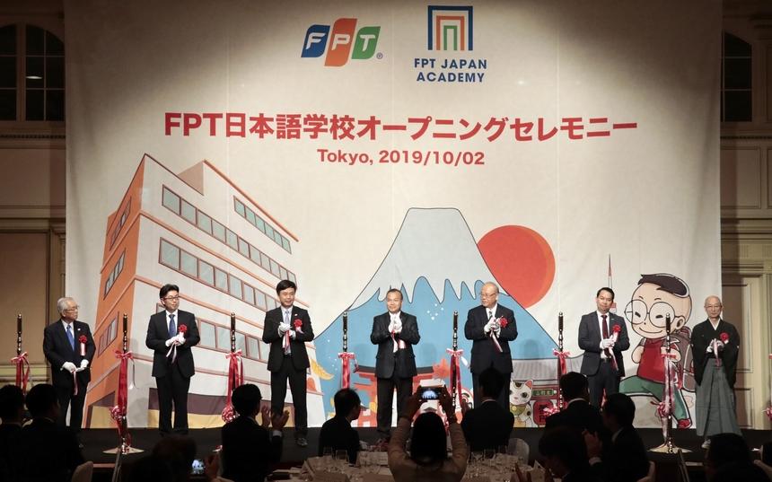 Đại sứ Vũ Hồng Nam, ngài Tsutomu Takabe, nguyên Bộ trưởng Nông Lâm Thủy sản Nhật Bản; lãnh đạo FPT Software và khách mời cắt băng khai trương trường tiếng Nhật.
